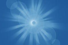 Helle glänzende Sonne mit Blendenfleck, blauer abstrakter Hintergrund Stockfotos