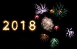 helle glühende neue Jahre 2018 der Feuerwerkswunderkerze lizenzfreie stockfotos