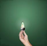 Helle Glühlampe der Idee LED in der Hand Lizenzfreie Stockfotografie
