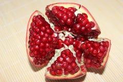 Helle Granatäpfel sind sehr schön, geschmackvoll und gesund stockfotografie
