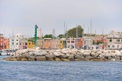 Helle Häuser die Maste der Yachten im Jachthafen auf der Insel von lizenzfreies stockbild