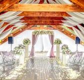 Helle hölzerne Hochzeitszeremoniellhalle stockfotos