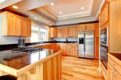 Helle hölzerne Küche mit Kassettendecke Lizenzfreies Stockfoto