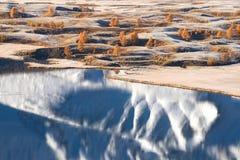 Helle Herbstlandschaft mit Bergen, Schnee u. gelbem Lärchen- und schönemsee mit Reflexionen Stockfoto