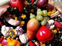Helle Herbstzusammensetzung von Obst und Gemüse von Lizenzfreie Stockfotografie