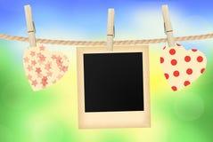 Helle Herzen und altes Foto kardieren das Hängen am Seil auf hellem natur Stockfotografie