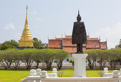 Helle Himmelfeldgras- und -goldpagode Wat Phra That Chang Kham, Lizenzfreie Stockfotos