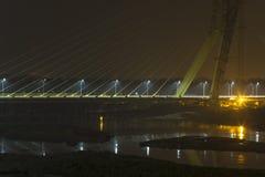 Helle hintergrundbeleuchtete Schrägseilbrücke über dem Yamuna-Fluss nachts Unterschriften-Br?cke Delhi Indien lizenzfreie stockfotos
