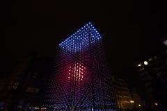 Helle Installation des Monolithen angetrieben durch Mercedes-Benz durch Hyperbinary an Paris-Straße nahe bei dem alten Times Squa Stockbild