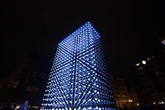 Helle Installation des Monolithen angetrieben durch Mercedes-Benz durch Hyperbinary an Paris-Straße nahe bei dem alten Times Squa Stockfoto