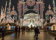 Helle Installation für Weihnachtsfeiertage nähern sich großem Bolshoy-Theater Stockfotografie