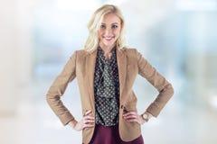 Helle junge Frau in der braunen Jacke steht Lizenzfreies Stockbild