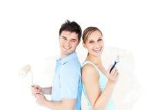 Helle junge Paare, die einen Raum malen Stockfotos