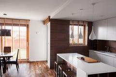 Helle Küche mit dinning Raum lizenzfreies stockfoto
