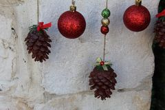 Helle Kegel und Bälle für Weihnachtsbaumdekoration stockbilder