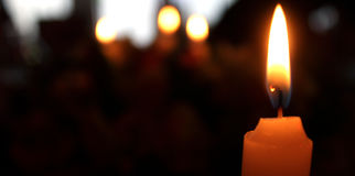 Helle Kerze mit aus Fokushintergrund heraus Stockfoto