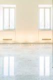 Helle klare Galeriewand mit zwei Fenstern und Marmorboden Stockfoto
