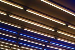 Helle Kunstinstallation in einer U-Bahn Stockfotografie