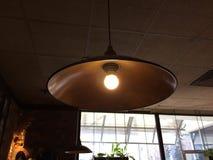 Helle Lampe im Metallleuchter stockfotografie