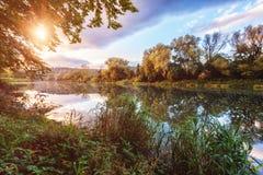 Helle Landlandschaft der Natur, bunter Sonnenuntergang Stockfoto