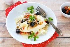 Helle Lasagne mit Tomate und Oliven Stockbilder