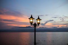 Helle Laterne in der Gebirgshintergrund- und -Dämmerungsdunkelheit nach romantischem atmosphärischem der Sonnenuntergangzeit stockfoto