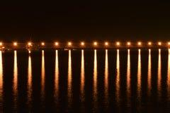 Helle Laternen auf der Verdammung im Hafen nachts Lizenzfreie Stockfotos