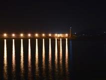 Helle Laternen auf der Verdammung im Hafen nachts Lizenzfreies Stockfoto
