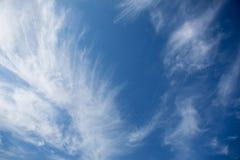 Helle leichte Wolke auf einem blauen Himmel Stockfoto