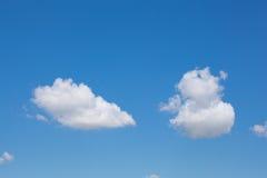 Helle leichte Wolke auf einem blauen Himmel Lizenzfreies Stockbild
