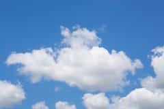 Helle leichte Wolke auf einem blauen Himmel Stockbild