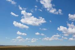 Helle leichte Wolke auf einem blauen Himmel Stockfotografie