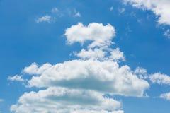 Helle leichte Wolke auf einem blauen Himmel Lizenzfreie Stockfotos