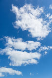 Helle leichte Wolke auf einem blauen Himmel Lizenzfreie Stockfotografie