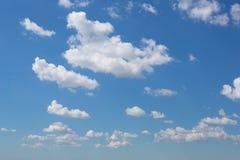 Helle leichte Wolke auf einem blauen Himmel Lizenzfreies Stockfoto