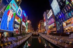 Helle Leuchtreklamen leuchten Dombotori-Kanal im Osaka Stockfotografie