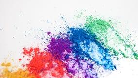 Helle Lidschatten in den verschiedenen Farben des Regenbogens, zerstreut auf einen wei?en Hintergrund lizenzfreie stockbilder