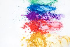 Helle Lidschatten in den verschiedenen Farben des Regenbogens, zerstreut auf einen wei?en Hintergrund lizenzfreies stockfoto