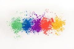 Helle Lidschatten in den verschiedenen Farben des Regenbogens, zerstreut auf einen wei?en Hintergrund lizenzfreie stockfotos