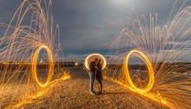 Helle Malerei mit Feuer-Regenschirm-und Feuer-Kreisen Lizenzfreie Stockfotos
