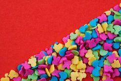 Helle mehrfarbige kleine Süßigkeit auf einem roten Hintergrund Konzept für Valentinsgruß ` s Tag, Mutter ` s Tag Hintergrund für  lizenzfreies stockbild