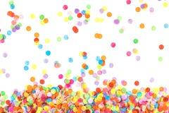 Helle mehrfarbige Konfettis lokalisiert auf weißem Hintergrund stockfoto