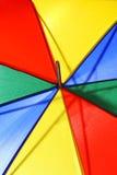 Kreatives Konzept einer hellen mehrfarbigen Strandschirmnahaufnahme Stockbild