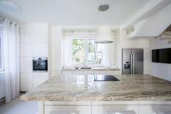 Helle moderne Küche Lizenzfreie Stockbilder
