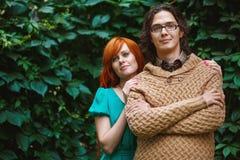 Helle modische Paare schließen herauf die Aufstellung Lizenzfreies Stockfoto