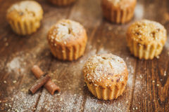 Helle Muffins mit indischem Sesam auf hölzernem Hintergrund Stockbild