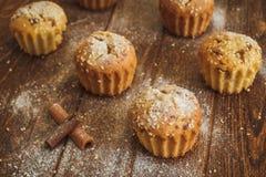 Helle Muffins mit indischem Sesam auf hölzernem Hintergrund Stockfoto