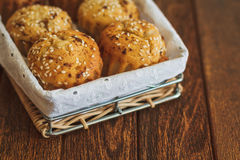 Helle Muffins mit indischem Sesam auf hölzernem Hintergrund Stockfotos