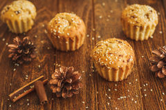 Helle Muffins mit indischem Sesam und Kegeln Stockfotos