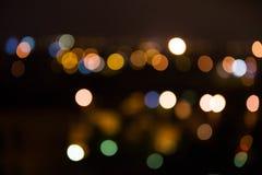 Helle Nachtstadtleuchten verwischten Stockfoto